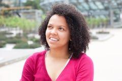 Mulher afro-americano na cidade que olha lateralmente imagens de stock