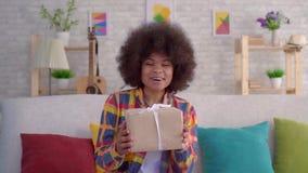 Mulher afro-americano nova feliz e surpreendida com penteado do Afro video estoque