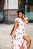 Mulher afro-americano nova que pensa pelo espelho fotos de stock royalty free