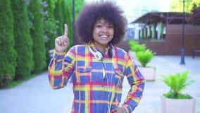 Mulher afro-americano pensativa com soluções afro de um achado do penteado filme
