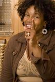 Mulher afro-americano que aponta seus dedos Fotos de Stock