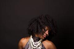 Mulher afro-americano que ri e que dança Fotos de Stock Royalty Free
