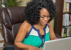 Mulher afro-americano que surfa a Web Fotografia de Stock