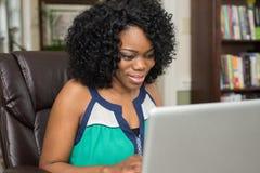 Mulher afro-americano que surfa a Web Fotografia de Stock Royalty Free
