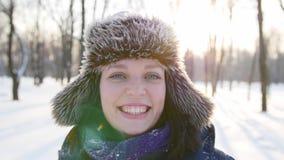 A mulher agita fora a neve do fim do chapéu acima video estoque