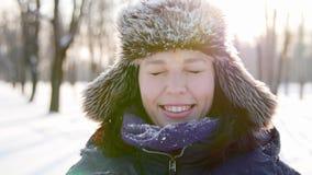 A mulher agita fora a neve do fim super do chapéu acima video estoque