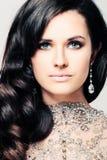 Mulher agradável com cabelo encaracolado e joia Diamond Earrings fotografia de stock royalty free