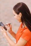 Mulher agradável nova com PDA Foto de Stock