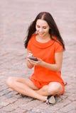 Mulher agradável nova com PDA Imagem de Stock
