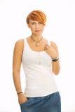 Jovem mulher que olha na câmera no t-shirt Imagens de Stock Royalty Free