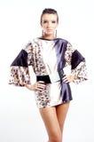 Mulher agradável que desgasta um vestido da túnica - vista séria Imagens de Stock