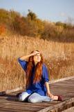 Mulher agradável que relaxa na natureza Fotos de Stock