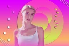 Mulher agradável reflexiva que melhora o modo de pensar imagens de stock