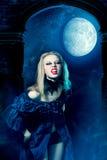 Mulher agressiva do vampiro Fotos de Stock Royalty Free