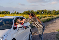 Mulher agressiva que puxa o cabelo de um motorista Fotos de Stock Royalty Free