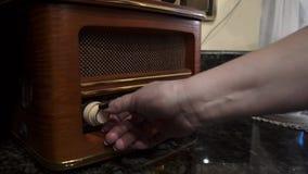 A mulher ajusta o rádio video estoque