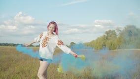 Mulher alegre com as bombas de fumo colorido fora video estoque