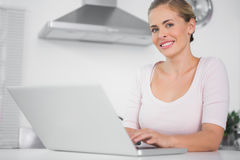 Mulher alegre com portátil Imagens de Stock Royalty Free
