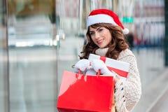Mulher alegre com sacos de compras foto de stock royalty free