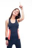 Mulher alegre da aptidão no sportswear que aponta acima fotografia de stock royalty free