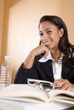 Mulher alegre do African-American que estuda um livro Imagens de Stock Royalty Free