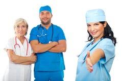 A mulher alegre do doutor dá o aperto de mão Foto de Stock Royalty Free
