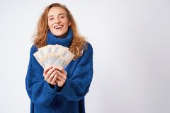 Mulher alegre em uma camiseta, feliz com o hryvnia do dinheiro que guarda os Fotografia de Stock Royalty Free