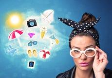 Mulher alegre feliz com os óculos de sol que olham ícones do verão Fotografia de Stock