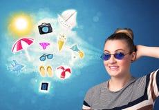 Mulher alegre feliz com os óculos de sol que olham ícones do verão Imagem de Stock