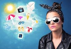 Mulher alegre feliz com os óculos de sol que olham ícones do verão Fotos de Stock Royalty Free