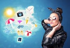 Mulher alegre feliz com os óculos de sol que olham ícones do verão Imagem de Stock Royalty Free