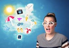 Mulher alegre feliz com os óculos de sol que olham ícones do verão Fotografia de Stock Royalty Free