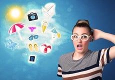 Mulher alegre feliz com os óculos de sol que olham ícones do verão Foto de Stock
