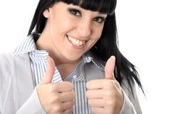 Mulher alegre feliz positiva com polegares que sorri acima Fotos de Stock Royalty Free