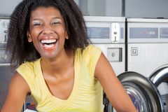 Mulher alegre na lavanderia Foto de Stock