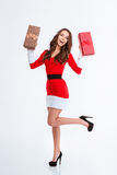 Mulher alegre no pano de Papai Noel que guarda caixas de presente Imagem de Stock