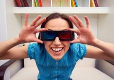 Mulher nos vidros 3d que olha o filme Fotos de Stock