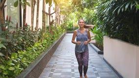 Mulher alegre nova que corre no dia de verão durante o nascer do sol Movimento lento Maneira de vida saud?vel 3840x2160 vídeos de arquivo