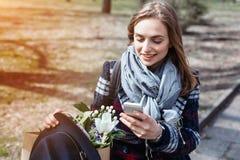 Mulher alegre nova que levanta ao fotografar-se na câmera esperta do telefone para um bate-papo com amigos, atrativa Imagens de Stock