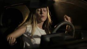 Mulher alegre que aprecia a música no carro na noite vídeos de arquivo