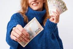 Mulher alegre que compartilha do hryvnia do dinheiro que guarda os nas mãos em uma GR Imagem de Stock