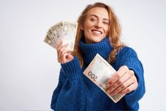 Mulher alegre que compartilha do hryvnia do dinheiro que guarda os nas mãos em uma GR Foto de Stock Royalty Free