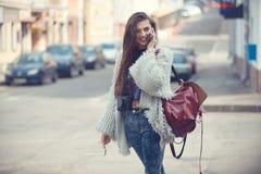 Mulher alegre que fala no telefone na rua Imagens de Stock Royalty Free