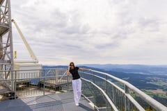 Mulher alegre que fala no telefone nas montanhas Hidromel bonito fotografia de stock