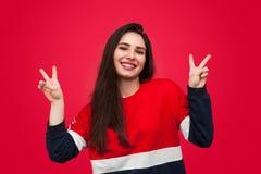 Mulher alegre que gesticula a paz Fotografia de Stock Royalty Free