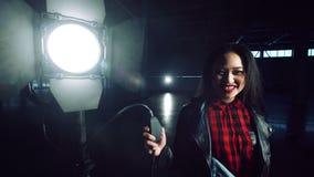 Mulher alegre que gira sobre a luz video estoque
