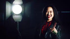 Mulher alegre que gira sobre a luz Foto de Stock Royalty Free