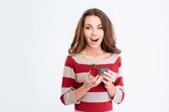 Mulher alegre que guarda a caixa de presente da joia Fotografia de Stock