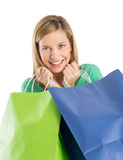 Mulher alegre que guarda sacos de compras fotos de stock