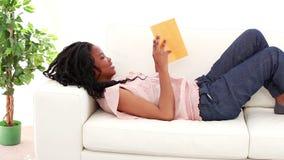 Mulher alegre que lê uma novela filme